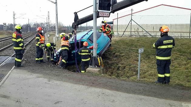 Hasiči vyprošťovali v neděli ráno osobní auto z příkopu v Ponětovicích.