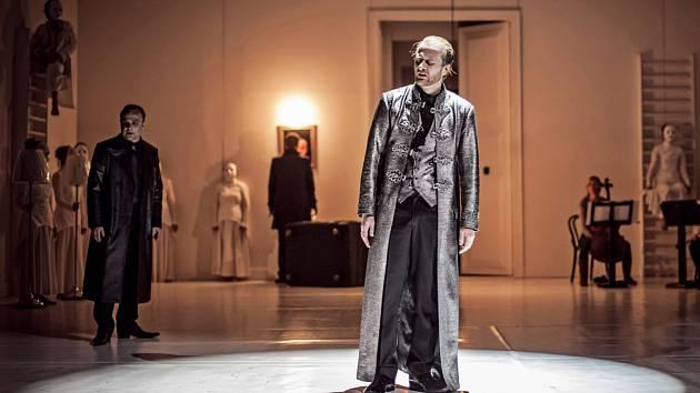 Panovníka i otcovraha Oidipa v brněnské inscenaci ztvárnil Martin Siničák.