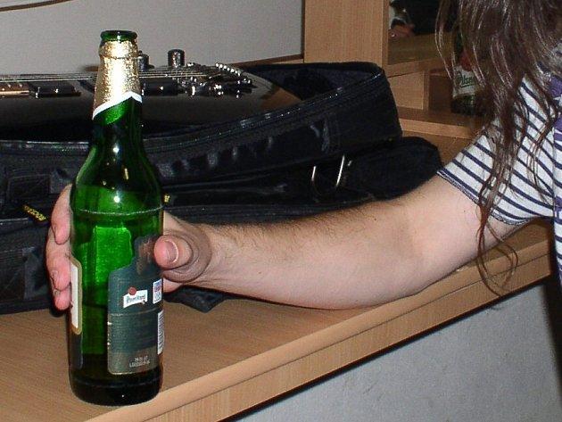 Láhev od piva může být i zbraň.
