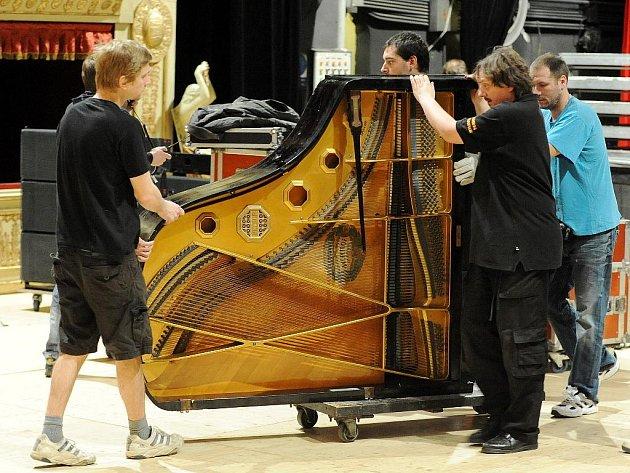 Příprava na Ples před oponou v brněnském Mahenově divadle.