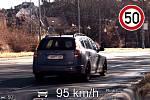 Někteří řidiči si v těchto dnech pletou vyprázdněné silnice se závodní dráhou. Tomuto řidiči policisté v Brně naměřili v úseku na padesátce rychlost 95 km/h.