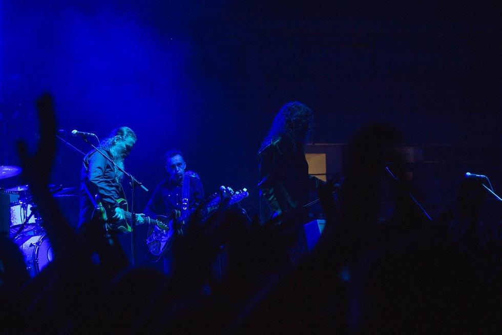 Sedmašedesátiletý rockový zpěvák Rober Plant známý svým působením v legendární, ovšem již zaniklé skupině Led Zeppelin, vystoupil ve čtvrtek večer poprvé v Brně.