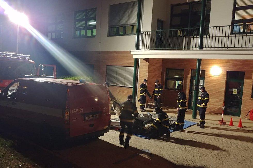 Hasiči ze základny v brněnské Líšni preventivně dezinfikovali v noci na sobotu tři patra ve Fakultní nemocnici Brno v Bohunicích. Zásah ve speciálních oblecích trval tři hodiny.