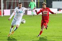 Fotbalisté Zbrojovky (v červeném Jan Hladík) doma podlehli Plzni 0:1.