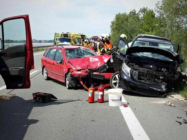 Nehoda dvou osobních aut a dodávky u Pasohlávek.