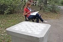 Na Kraví hoře před měsícem vznikl nový betonový stolek na šachy. Nyní plánuje městská část vybudovat nový park u přístupu od Rybkovy ulice.