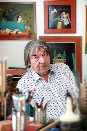 Ve svém ateliéru vBrně-Žabovřeskách pracuje Alois Mikulka denně, víkendy nevyjímaje.