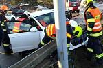 Po pondělní nehodě v Jedovnické ulici museli hasiči zraněnou řidičku z auta vyprostit.