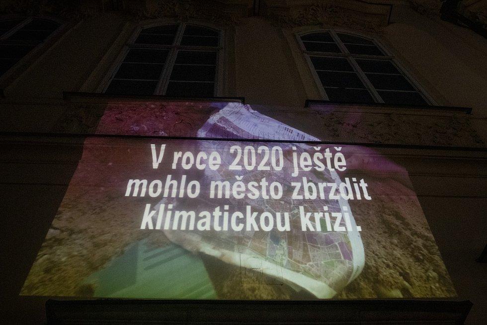 Promítání videa k připomínkování návrhu nového územního plánu na budovu brněnského magistrátu, za kterým stojí organizace Nesehnutí.