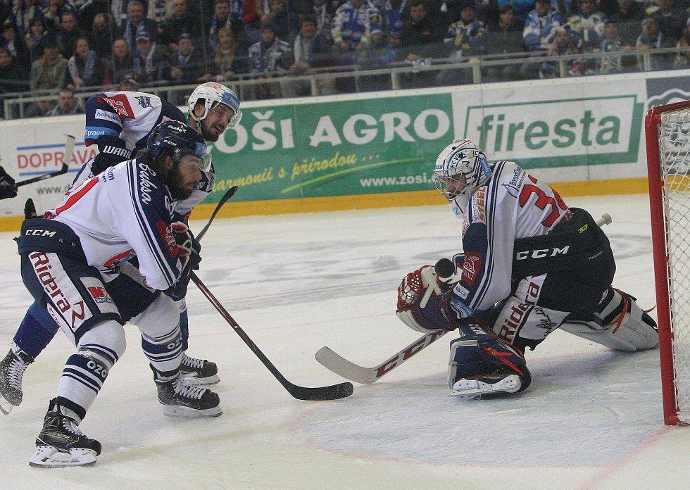 Hokejisté brněnské Komety porazili i ve čtvrtém utkání čtvrtfinálové série play-off extraligy Vítkovice, tentokrát 3:1.  Na snímku Zaťovič - Trška a Bartošák (Vítkovice).