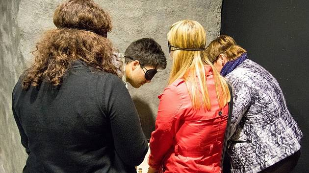 Šifrovací hra Tmavomodré dobrodružství provede ideálně čtyřčlenné týmy šesti stanovišti. Na každém z nich musí účastníci vyřešit úkol, aby se dostali dál. Je určená i pro handicapované.
