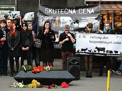 Desítky lidí se v pondělí k večeru sešly na náměstí Svobody, aby uctily památku zemřelých zvířat, které lidé sní.
