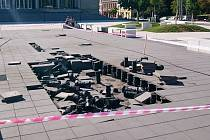 Poškozená dlažba v parku před Janáčkovým divadlem.