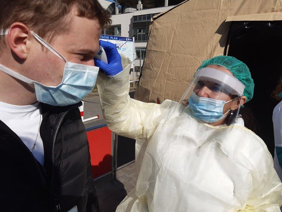 FN Brno má nastaven režim ochrany pacientů a zdravotnického personálu. Při vstupu do nemocnice z kampusu je dělící stan, kde lékaři spolu s mediky LF MU třídí pacienty - měří jim teplotu a doporučují další postup.