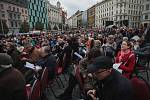 Davy věřících zaplnily v sobotu před polednem brněnské náměstí Svobody. Ke společné mši se sešlo kolem pětadvaceti tisíc lidí. Setkáním vyvrcholil první ročník národního eucharistického kongresu v České republice.