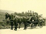 PÝCHA SBORU. Koněspřežnou stříkačku na motorový pohon vyrobila v roce 1926 firma Hrček a Neugebauer Brno.