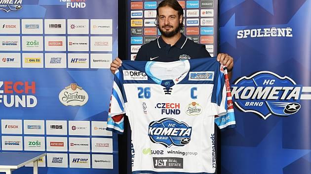Kapitán Komety Martin Zaťovič pózuje s dresem pro novou sezonou.