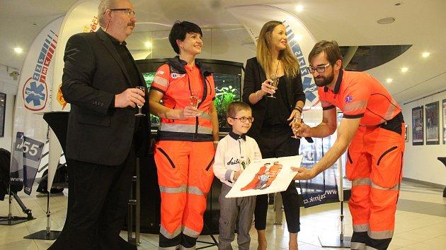 Jihomoravští záchranáři představili nový kalendář, který nafotili s herci z městského divadla.
