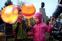 Alegorické postavy na chůdách, pyroefekty, akrobati a příběh o triumfu Zimy nad Létem. Několik stovek lidí se ve středu večer zapojilo do netradičního lampionového průvodu v brněnských Kohoutovicích.