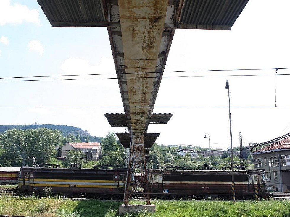 Lávka přes maloměřické železniční depo na snímku z roku 2009. Byla prostoupena rzí.