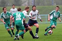 Fotbalisté Dosty Bystrc (v zeleném) v zápase s Dolním Benešovem.