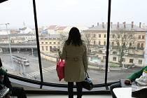U brněnského vlakového nádraží otevřel nový obchodní dům. Unikátní stavba s názvem Letmo vznikla místo vyhořelého kasina.