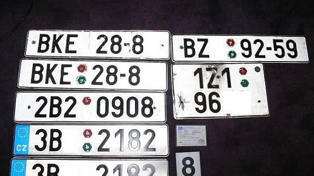 Zabavené registrační značky vozidel.