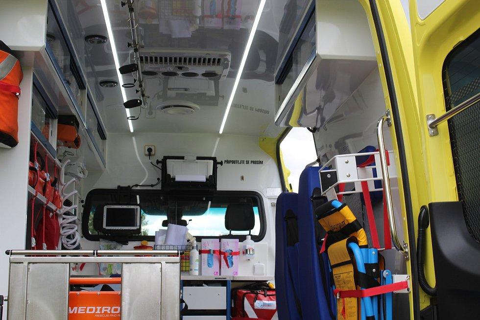 Devět sanitních vozů převzali záchranáři do svého autoparku.