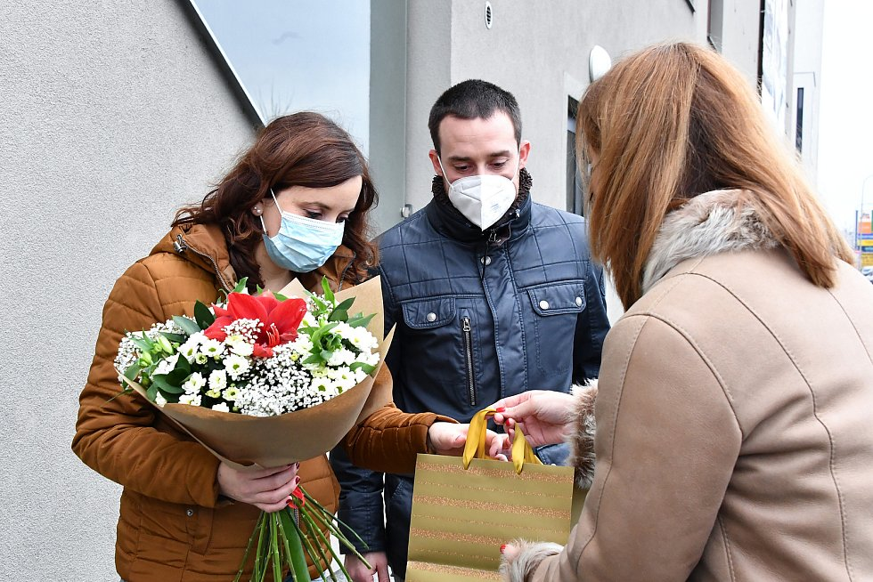 Rodiče  Eliáše, prvního letošního brněnského miminka, dostali květiny a symbolický zlatý dukát. Foto: MMB