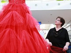 Kanadská módní návrhářka Jeanne Stangeland představuje v brněnské Olympii obří šaty.