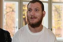 Staršího muže podle obžaloby pětatřicetiletý Martin Lysáček agresivně napadl v zahradní chatce v Komárově, okradl ho a před útěkem úmyslně založil požár.