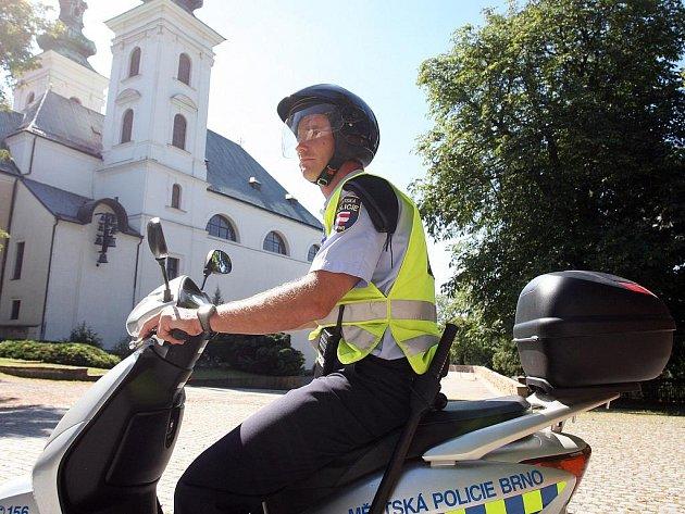 VE VRANOVĚ. Nejen v autech, ale také na skútrech jezdí brněnští strážníci dohlížet na pořádek v obcích v okolí Brna.