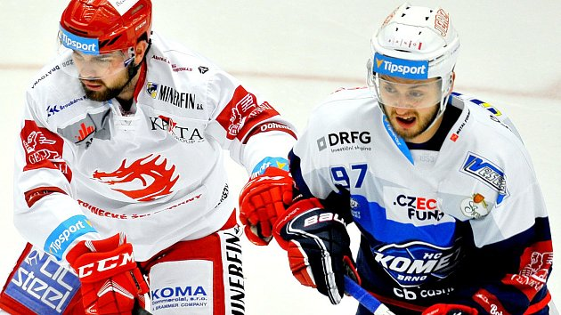 Třinečtí hokejisté (v bílém) proti brněnské Kometě.