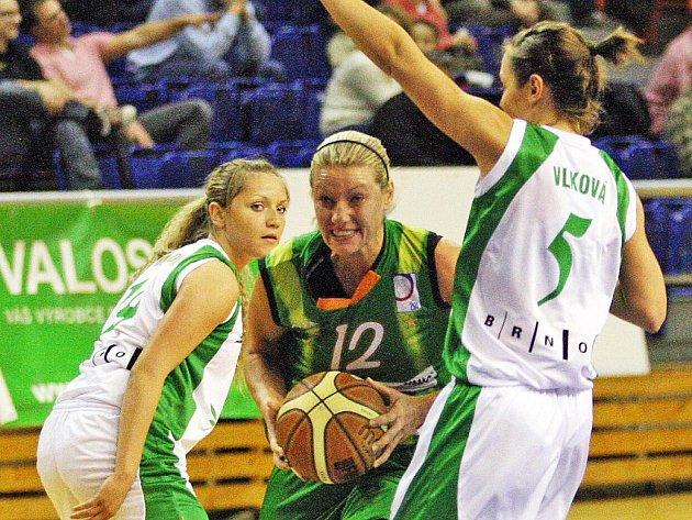 Pivotka Frisca Zuzana Žirková (uprostřed) do derby s Valosunem tentokrát nezasáhne.