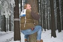 Policisté vyměnili kancelář za pohyb v zasněženém lese.