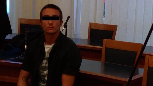 Znásilnil rodinnou známou na tetině gauči? Výpověď nezletilé potvrdil psycholog