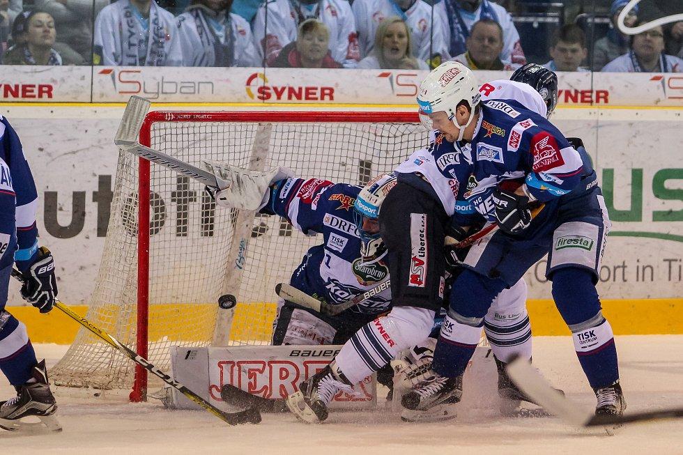 Utkání 50. kola Tipsport extraligy ledního hokeje se odehrálo 26. února 2017 v liberecké Home Credit areně. Utkaly se celky Bílí Tygři Liberec a HC Kometa Brno. Na snímku vlevo brankář Marek Čiliak a vpravo Ondřej Němec.