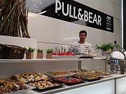Šéfkuchař Alberto Pollau vaří u španělského závodního týmu Aspar. Za něj o víkendové Velké ceně pojede například český jezdec Karel Abraham.
