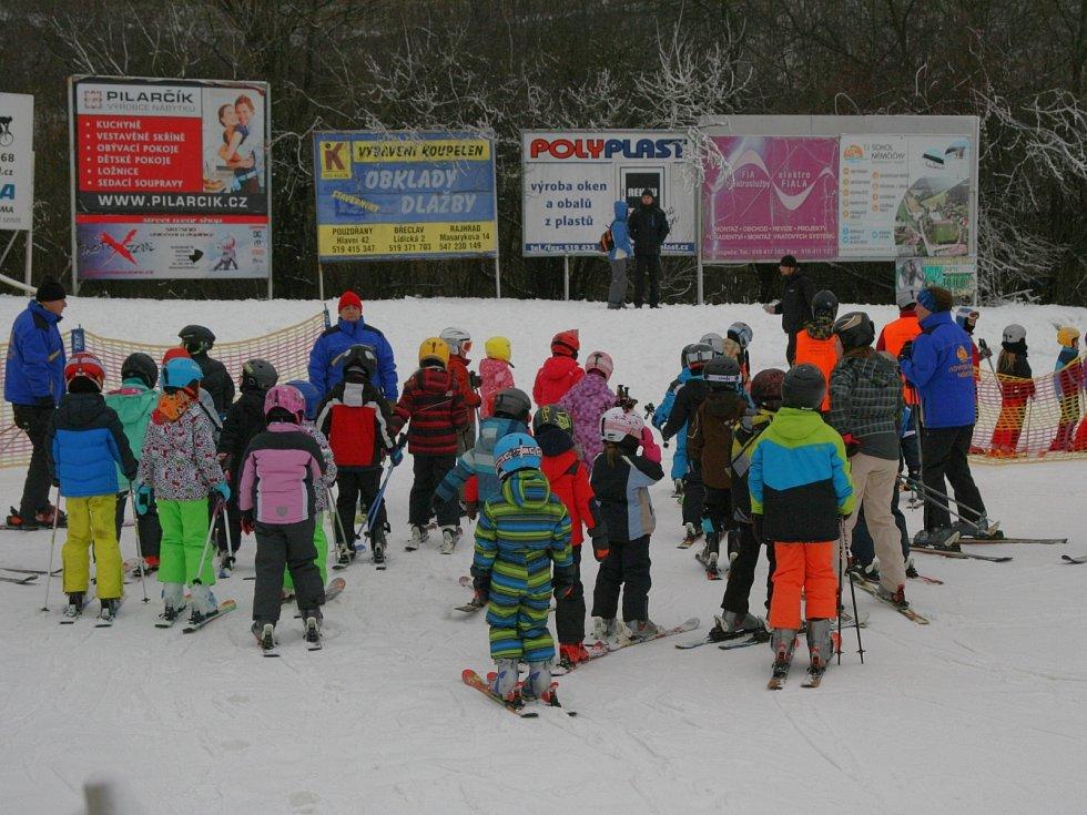 Na sjezdovce mezi vinohrady v Němčičkách už lyžařští učedníci v kurzech i další zájemci lyžují na sněhu. Díky sněhovým dělům a teplotám pod nulou.