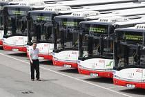 Ve čtvrtek dopravní podnik představil ve slatinské vozovně dvaadvacet nových nízkopodlažních kloubových autobusů typu Solaris Urbino 18.