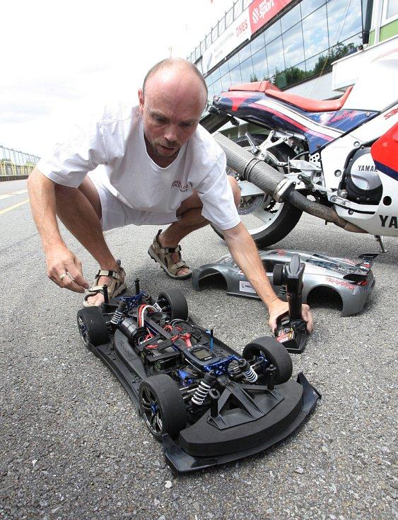 Na Masarykově okruhu v Brně závodil model vozu Traxxas XO-1 v měřítku 1 : 7 proti Origináli Porsche Carrera a dvěma motorkám Yamaha. Na trati v délce cca 200 m jasně vyhrál model, který dosáhl rychlosti 162 km za hodinu.