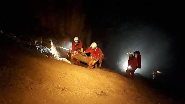 Jihomoravští hasiči se zdokonalovali při výcviku v důlním díle ve Zlatých Horách.