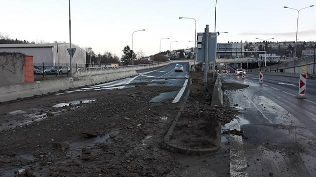 Havárie vody zkomplikovala ve čtvrtek ráno dopravu na mimoúrovňové křižovatce ulice Hlinky.