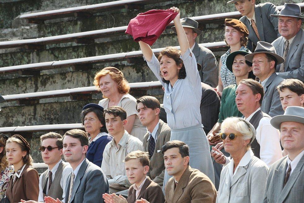 Natáčení filmu Zátopek na fotbalovém stadionu za Lužánkami.