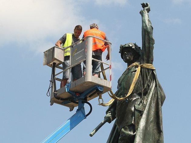 Instalace sochy Rudoarmějce na Moravském náměstí v Brně.