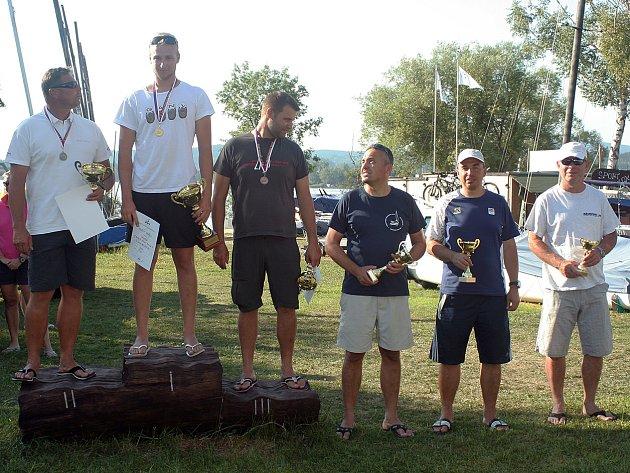 Bratři z Jachtklubu Brno Ondřej a Viktor Teplí si přivezli cenné kovy z víkendového mezinárodního mistrovství republiky v jachtingu na Lipně v Černé v Pošumaví. Mladší z bratrů, dvacetiletý Ondřej, vybojoval titul mistra republiky.
