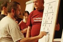 Mezinárodní mistrovství republiky ve hře sudoku. Osmaosmdesát luštitelů se utkalo ve třech soutěžních blocích.