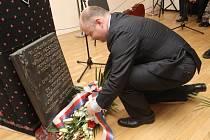 Pietní akt k uctění památky obětí romské genocidy za druhé světové války.