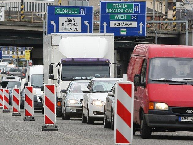 Kolony v ulici Koliště budou v příštích dnech znepříjemňovat cestování Brňanům. Poprvé v nich stáli už v pondělí.
