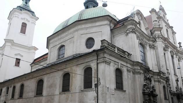 Celkový pohled na Minoritský klášter s kopulí Lorety.